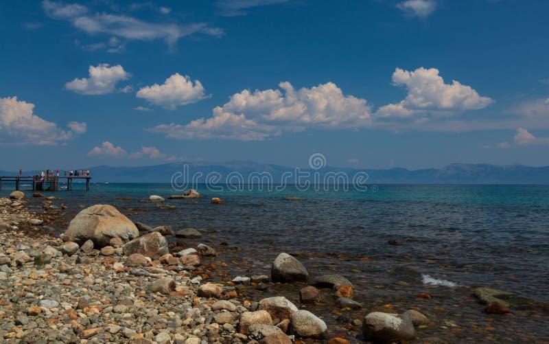 Lake Tahoe från kusten för östlig sida arkivfoton