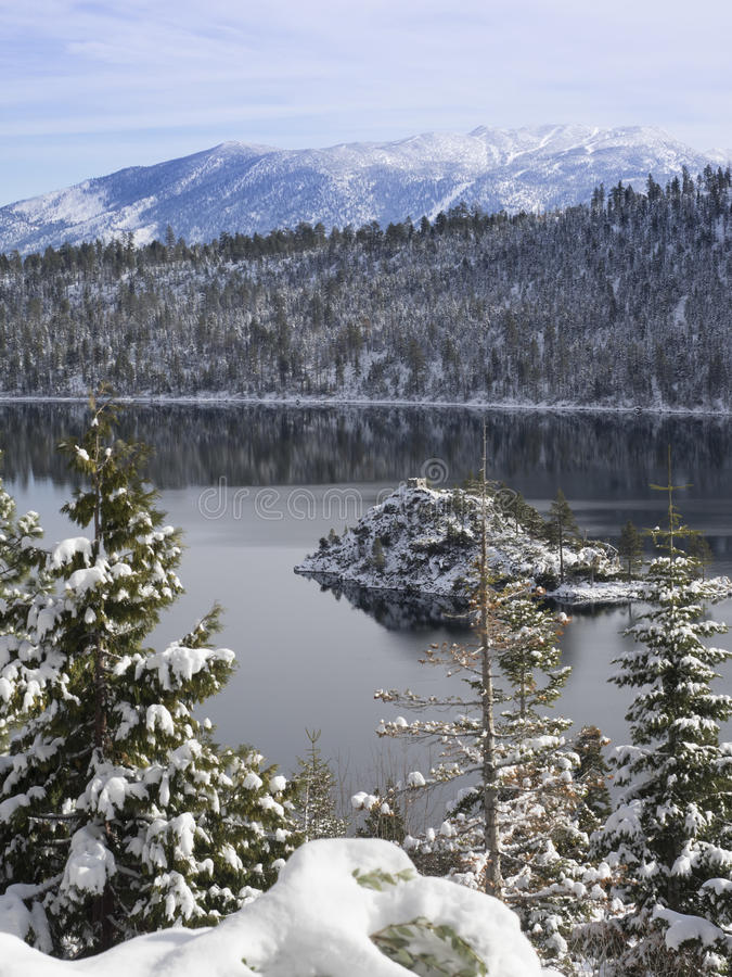 Lake Tahoe ` s Emerald Bay i snön arkivbild
