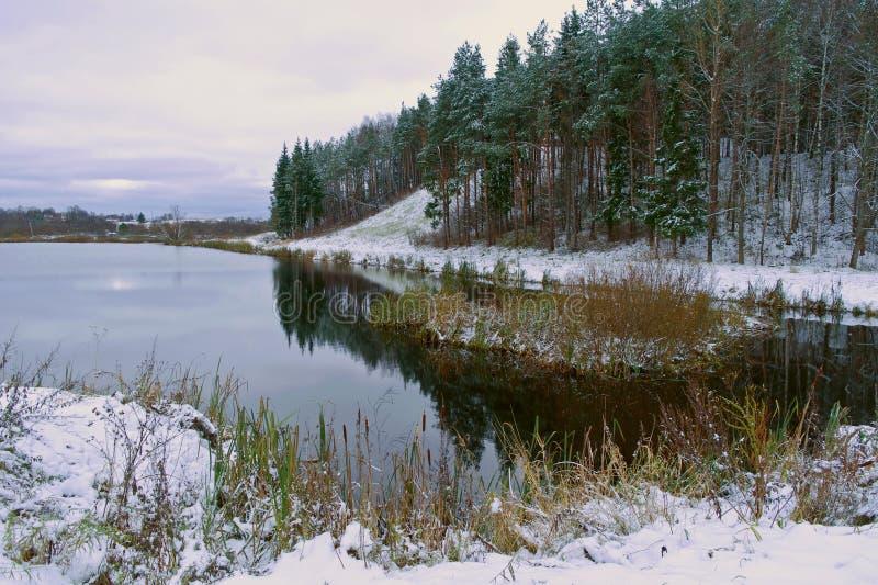 Lake Veseloe och Sobornay berg. Den första snowen. Stad Beliy T royaltyfri fotografi