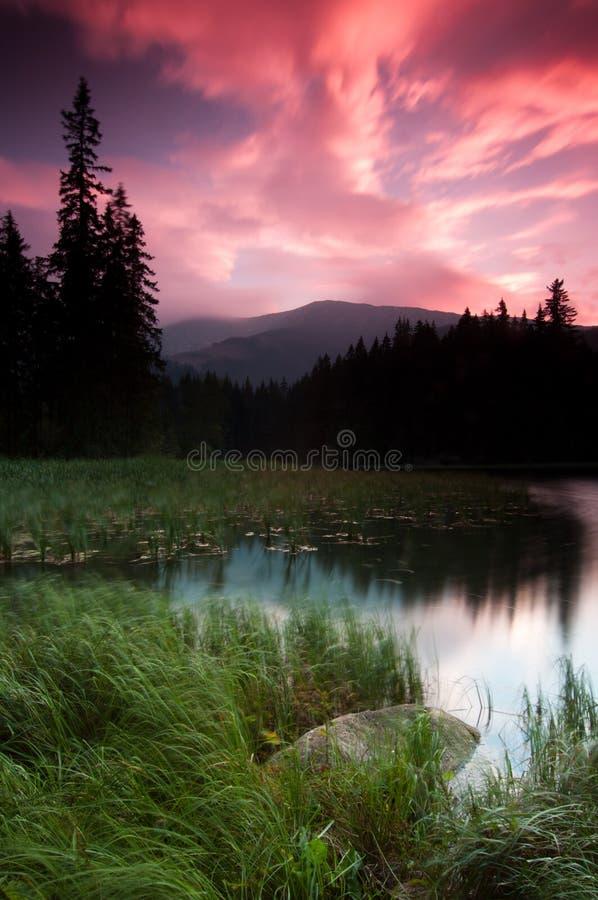 lakeberg över solnedgång royaltyfria bilder