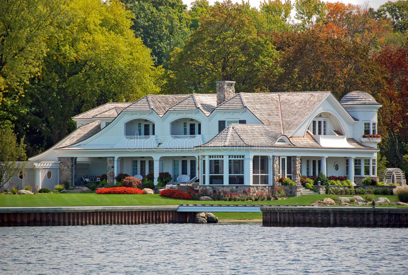 lakefront ιδιοκτησία πολυτέλει στοκ εικόνα
