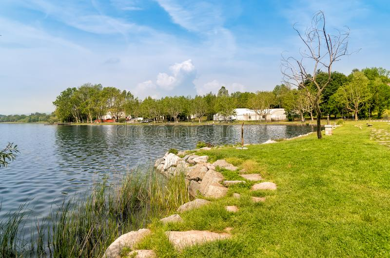 Lakefront av Gavirate som lokaliseras på kusten av sjön Varese, Italien arkivfoto