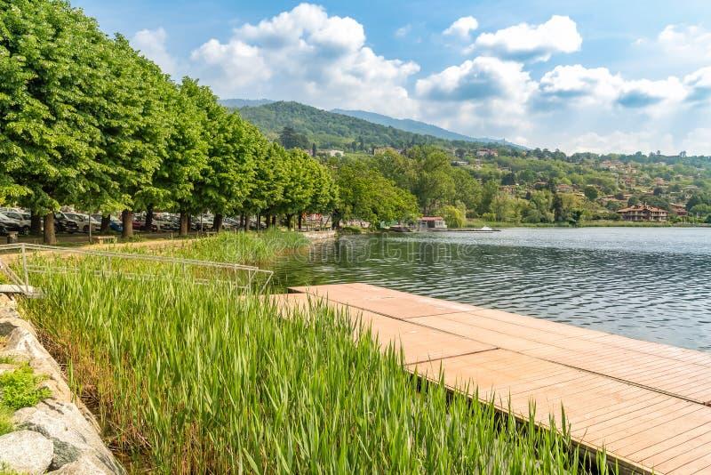 Lakefront av Gavirate som lokaliseras på kusten av sjön Varese, Italien arkivfoton