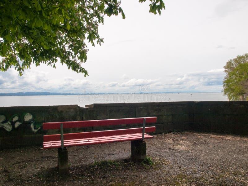 Lakefront som förbiser durnate om den dystra dagen arkivfoton