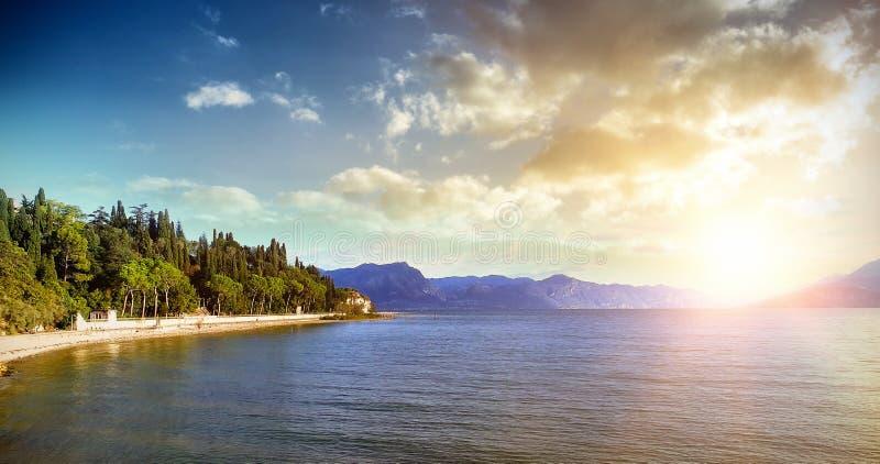 Lakefrontbelysning vid solnedgång royaltyfri fotografi