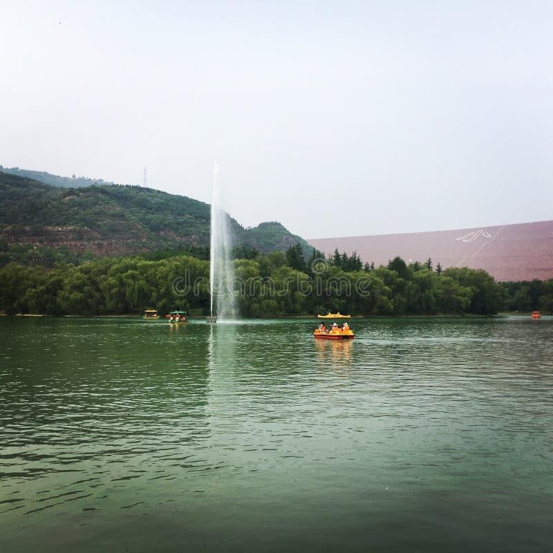 Lakefrontsikt i Kina royaltyfria bilder