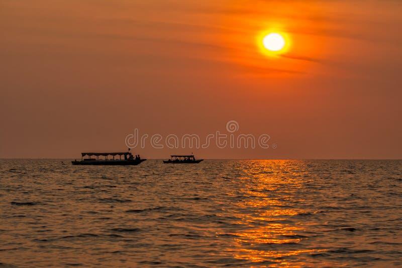 laken underminerar solnedgångtonle arkivbild