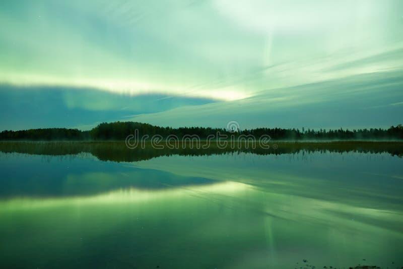 Lakescape северного сияния на ноче стоковые изображения
