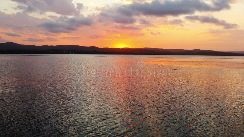 Lakescape no por do sol imagem de stock