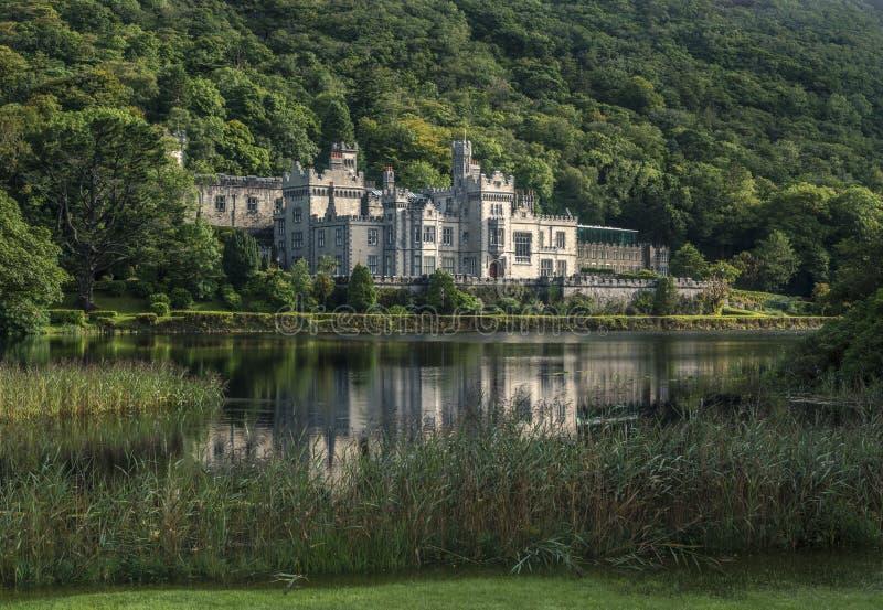 Lakeshore da abadia de Kylemore, Connemara, condado Galaway, Irlanda foto de stock