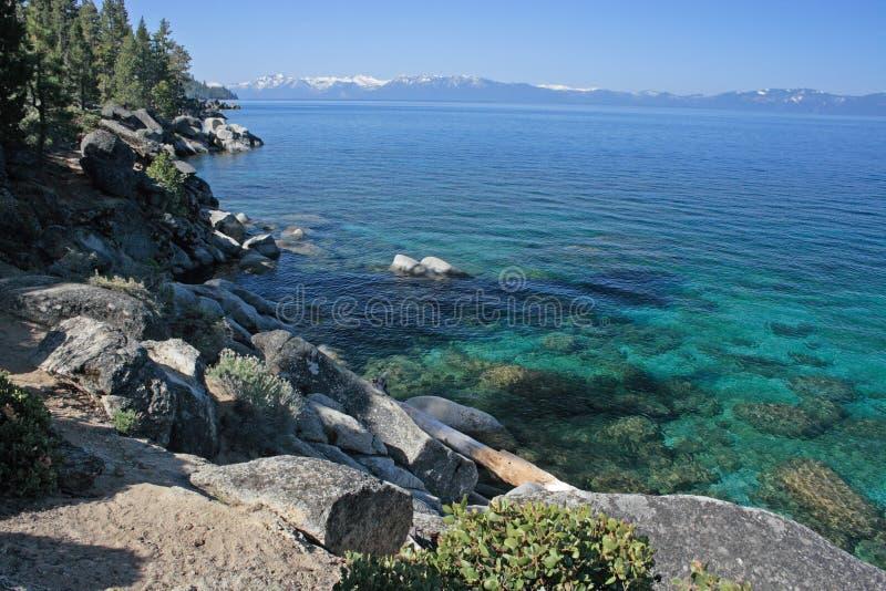 lakeshore stenig tahoe arkivbilder