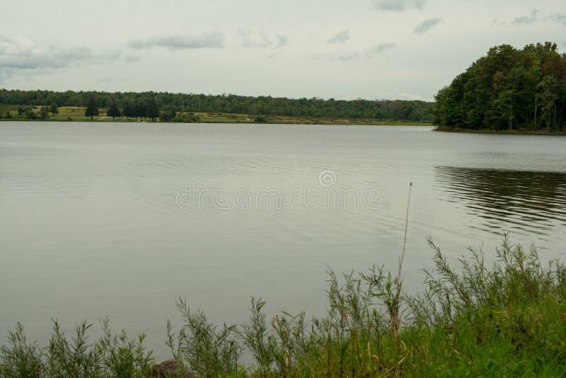 Lakeshore van Howard Eaton-reservoir in Noordwestelijk Pennsylvania stock afbeeldingen