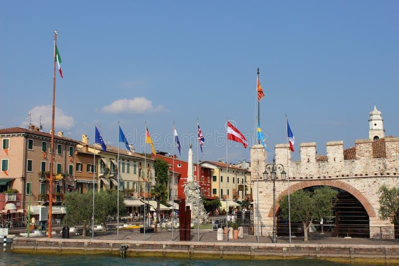Lakeside e bandiere a Lazise sulla polizia Italia del lago immagini stock libere da diritti
