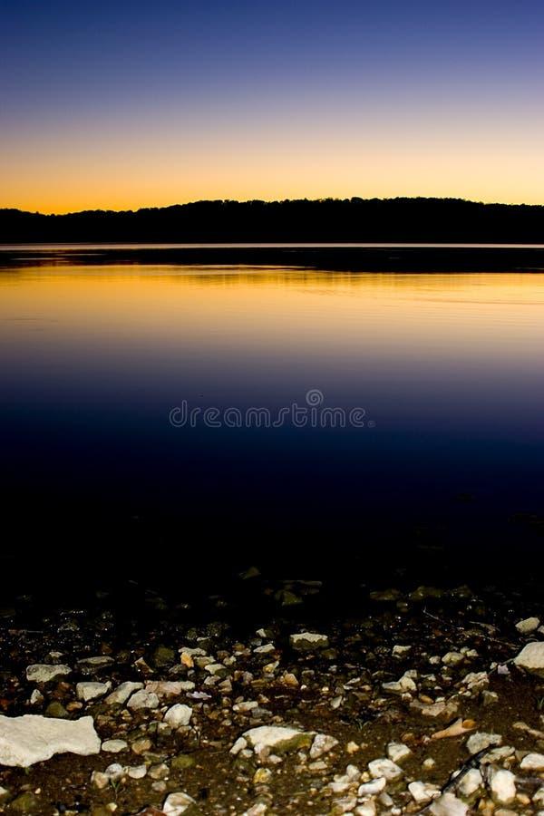 Download Lakesolnedgång fotografering för bildbyråer. Bild av rocks - 34229