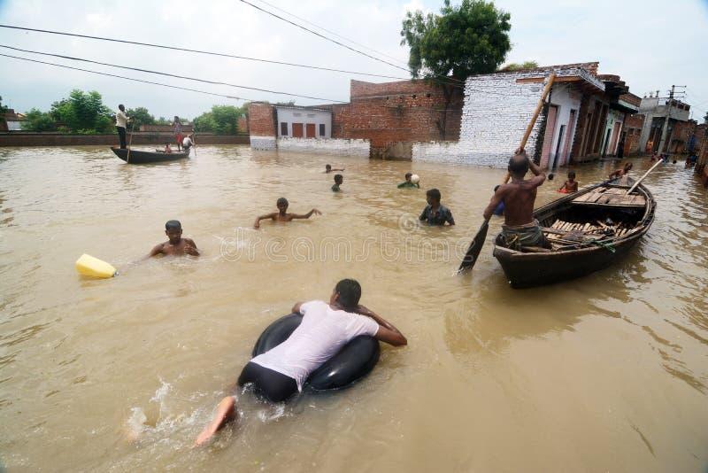 Lakh πάνω από 16 που επηρεάζεται στις ΕΠΑΝΩ πλημμύρες στην Ινδία στοκ φωτογραφίες