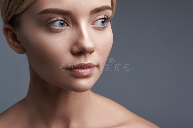 Lakonisches Porträt der ruhigen Frau untersuchend den Abstand lizenzfreie stockfotografie