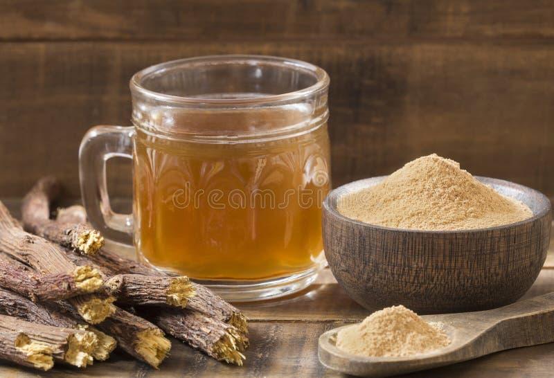 Lakritskopp te, pulver och rotar - Glycyrrhizaglabra royaltyfria bilder