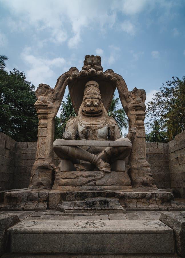 Lakshmi Narasimha Temple ou statue d'Ugra Narsimha, karnakata Inde de Hampi avec le ciel nuageux images libres de droits