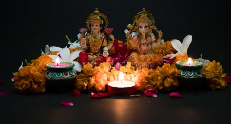 Lakshmi och Ganesha - hinduiska gudar Semestra banret eller hälsningkortet för den indiska festivalen lyckliga Diwali fotografering för bildbyråer