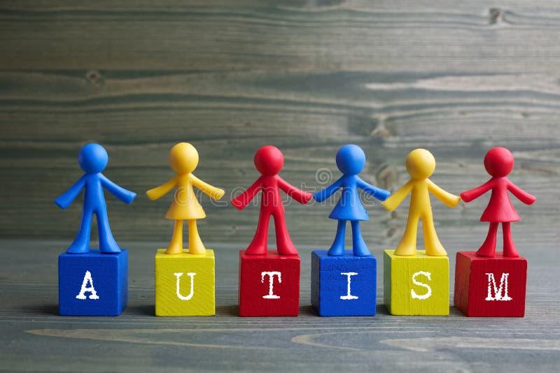 Lal dzieci projekt z autyzmu słowem na drewnianym tle obrazy stock
