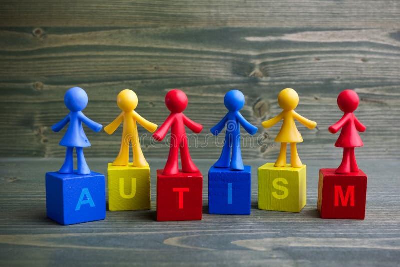 Lal dzieci projekt z autyzmu słowem na drewnianym tle obrazy royalty free