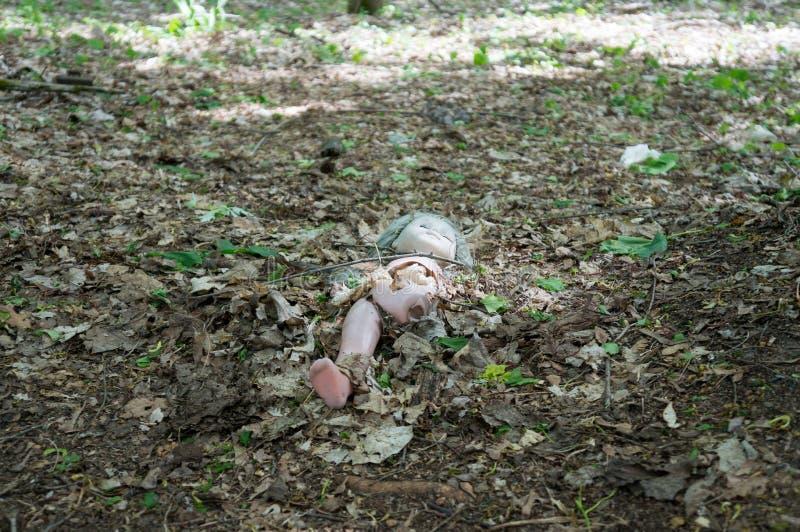 Lala przed zaniechanym dziecinem w Chernobyl zdjęcia stock