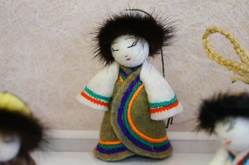 Lala w Rosyjskim ludowym kostiumu dla sprzedaży w Altai, Rosja fotografia stock