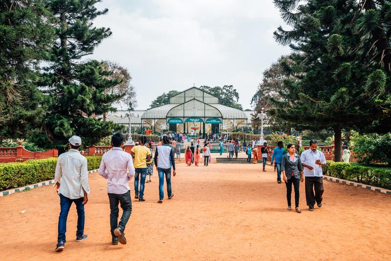 Lalbagh botanisk trädgård och turistfolk i Bangalore, Indien arkivbild