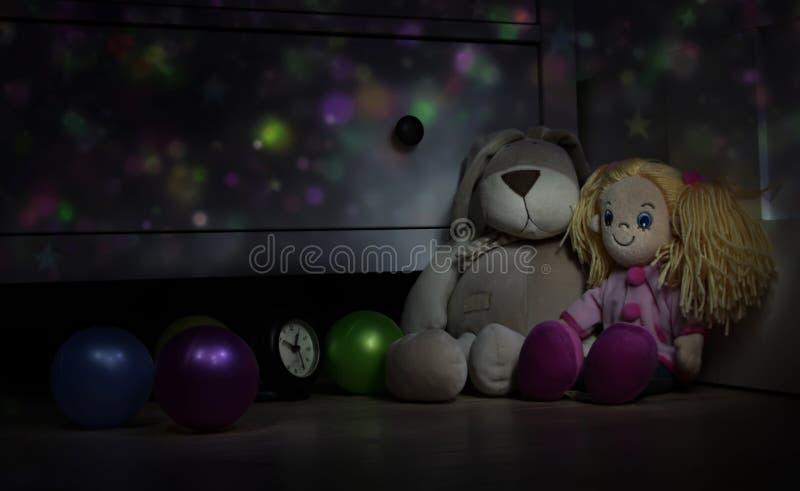 Lali i misia pluszowego królika podłoga w children pokoju. obraz stock