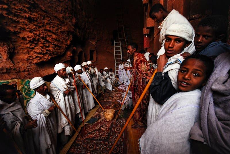 Lalibela, Äthiopien, am 14. Juni 2009: Gruppe Priester, die PR singen stockfotos