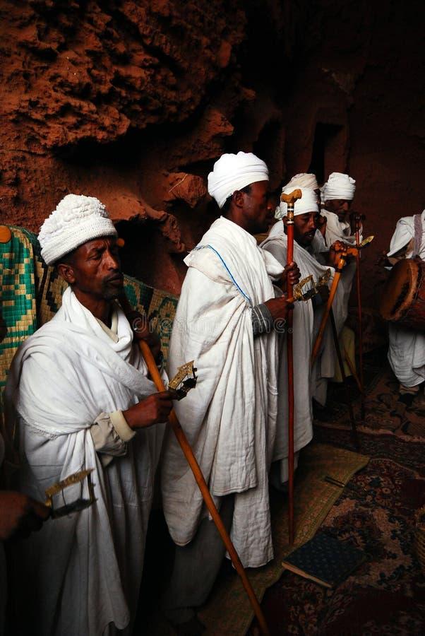 Lalibela, Ethiopië, 14 Juni 2009: Groep priesters die gebeden scanderen stock foto