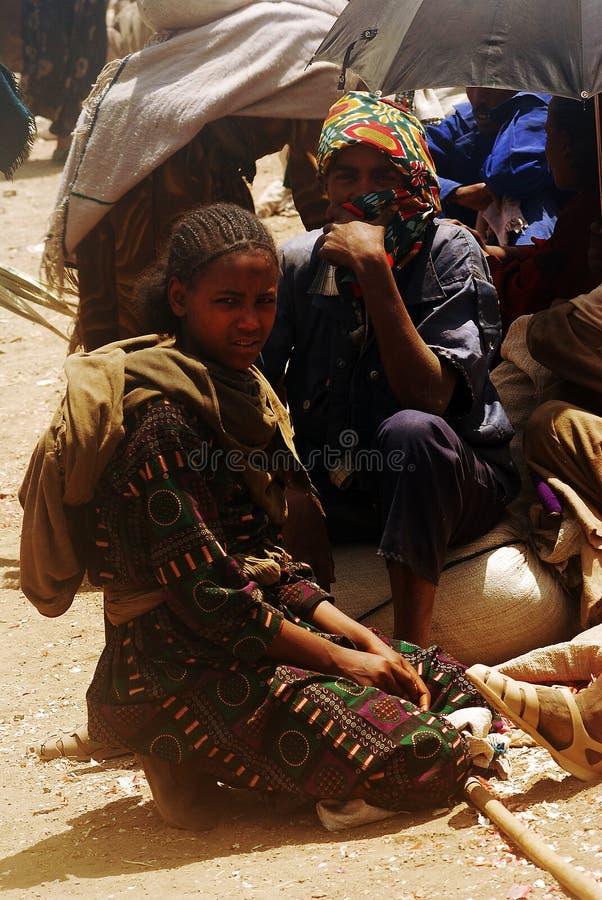 Lalibela, Ethiopië, 13 Juni 2009: Momentopname van meisje en jongen onderzoek stock afbeeldingen