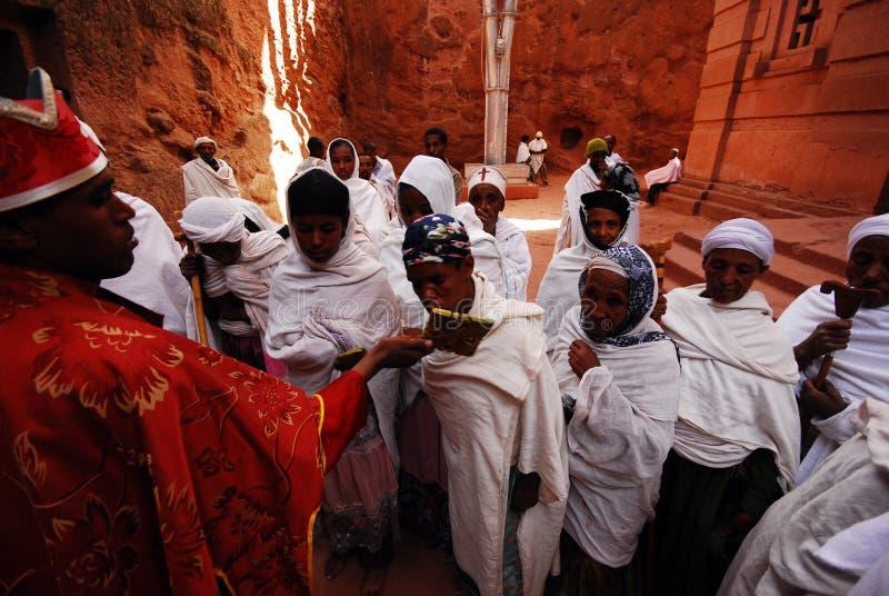 Lalibela, Ethiopië, 14 Juni 2009: Pelgrims die dwarsoutsi kussen royalty-vrije stock foto