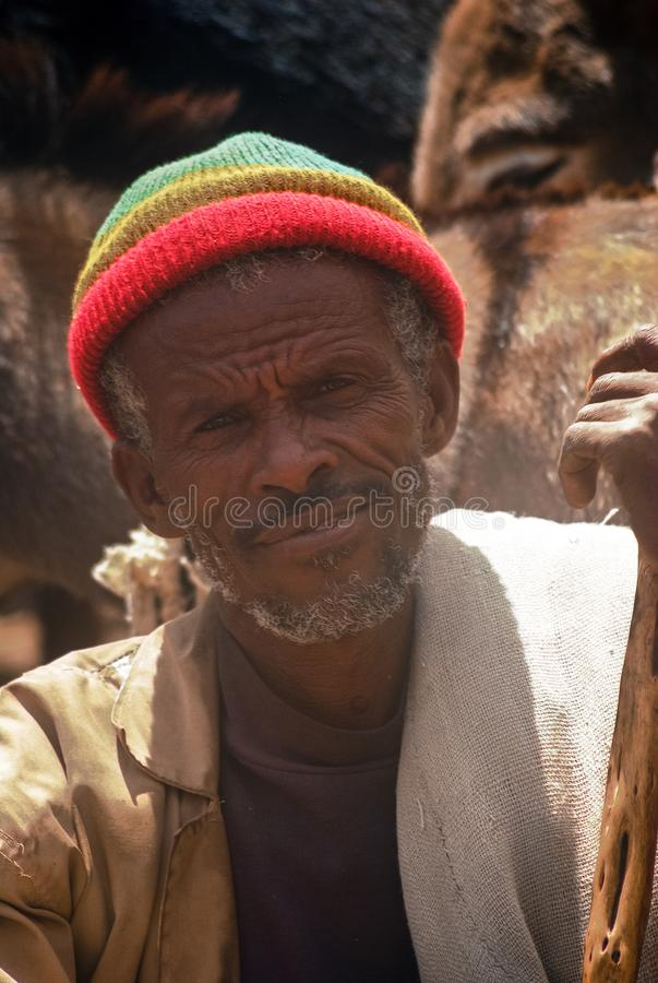 Lalibela, Ethiopië, 13 Juni 2009: portret van de oude mens in r stock fotografie