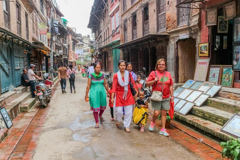 Lalitpur,尼泊尔- 2016年9月21日:走在Lalitpur大城市市,尼泊尔街道的人们  图库摄影