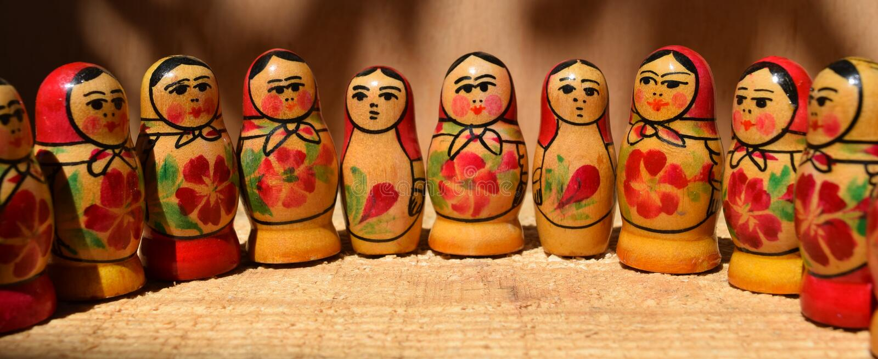 lalki malejące lalki w matryoshka nest jeden innego umieszczonego po rosyjsku zestawy wielkości drewnianego, zdjęcie stock