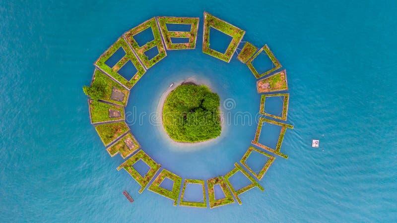 Lalu Island in het midden van het Meer van de Zonmaan, Lucht hoogste menings Drijvende Tuin rond Lalu-eiland op het Meer van de Z stock afbeeldingen
