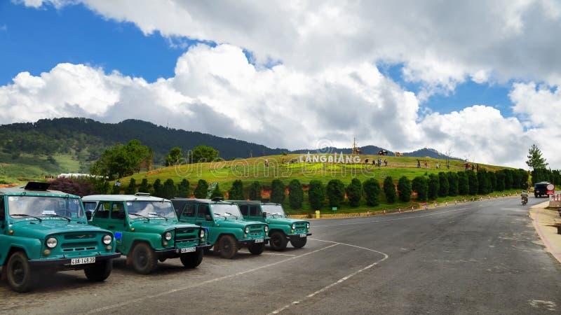 Lam Dong, Vietnam - 2 de mayo de 2018: Visión en la entrada de Lang Biang National Park con el servicio del coche para el turista imagen de archivo