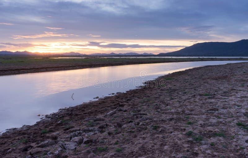 Lam Ta Klong Dam heeft laag water stock afbeeldingen