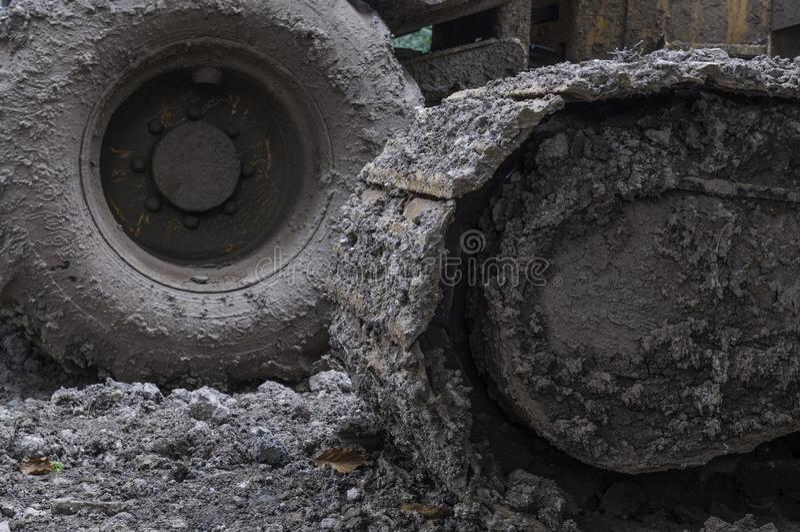 Lama congelada nas rodas da maquinaria pesada imagens de stock royalty free