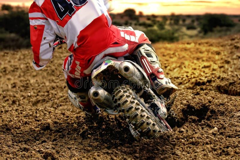 Lama da parte traseira do cavaleiro da bicicleta do motocross fotografia de stock