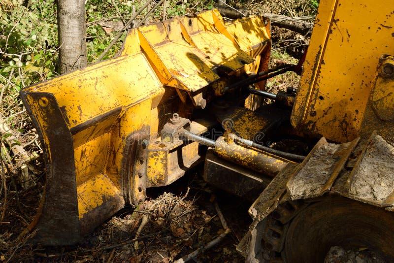 Lama del bulldozer contro l'albero immagine stock