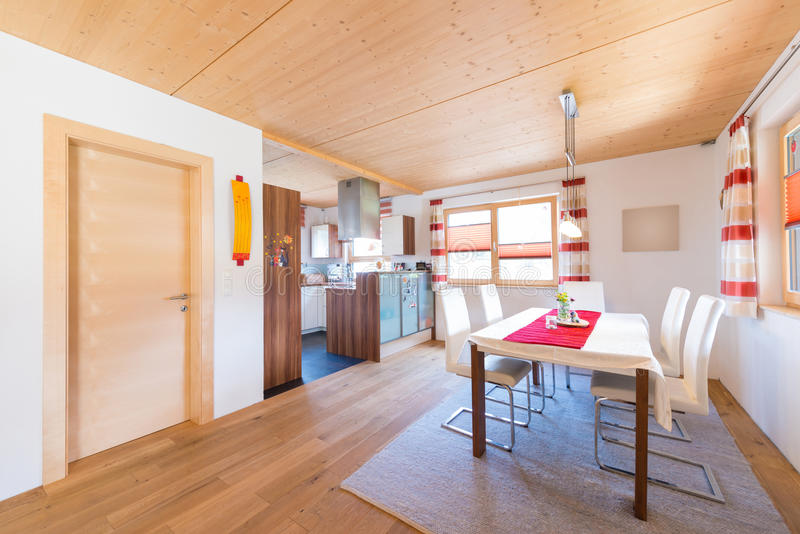 Lama morna de madeira da cozinha e da sala de jantar fotos de stock