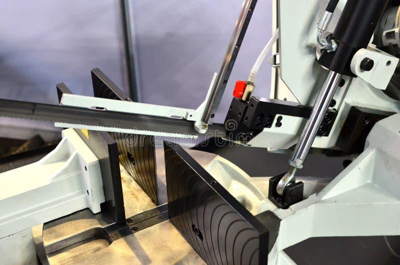 Lama a nastro automatica di CNC che taglia la barra di acciaio per utensili dall'alimentazione automatica Tecnologia industriale  fotografia stock