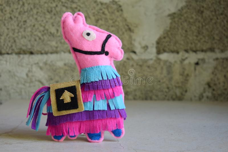 Lama różowa Zabawka z poczucia własnej ręki Koncepcja zrób to sam dla dzieci Ręczne rzemiosła Krok 6 Gotowa zabawka zdjęcie stock