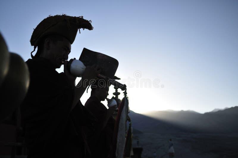 Lama Tibetan-monnik die die een hoorn spelen van shell wordt gemaakt royalty-vrije stock foto's