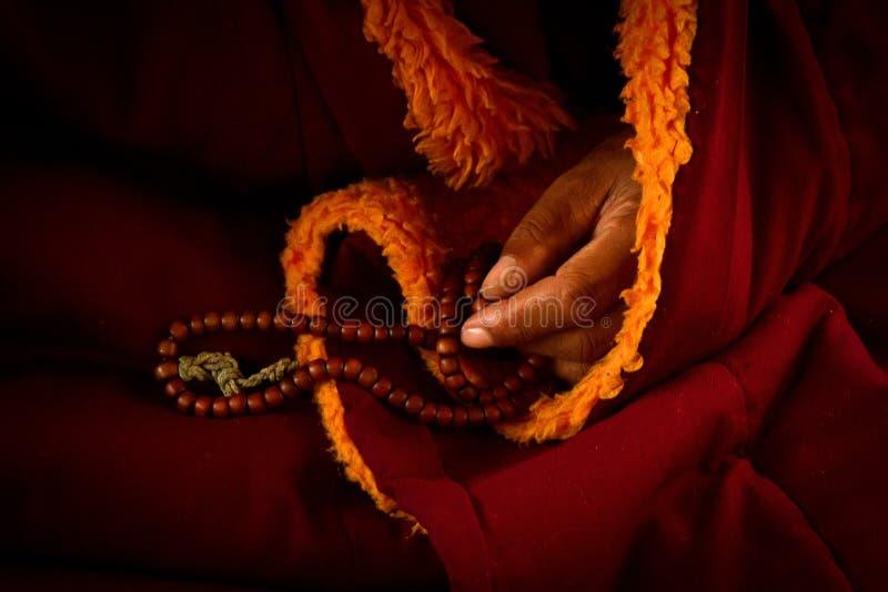 Lama tibetana, grânulos de oração, templo de Dalai Lama, McLeod Ganj, Indi imagem de stock