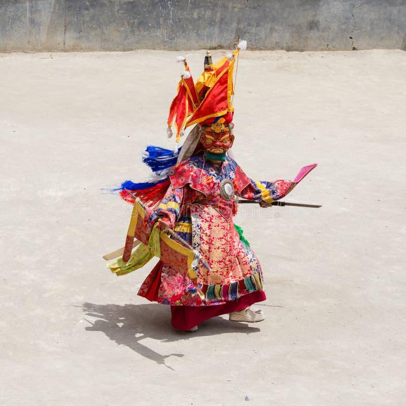 A Lama tibetana vestiu-se na máscara que dança a dança do mistério de Tsam no festival budista em Hemis Gompa Ladakh, Índia norte foto de stock