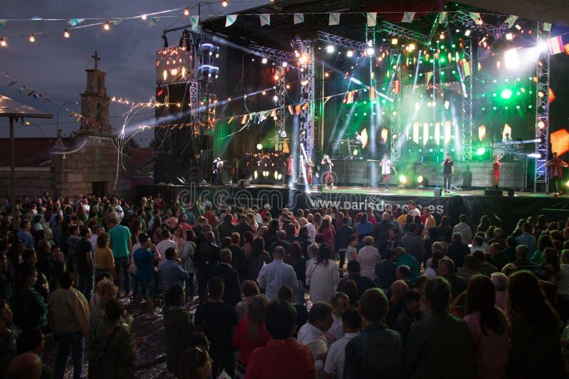 Lamas, Galiza, Espanha - maio, 8, 2018: Concerto pela orquestra famosa de Paris de Noia nos festivais populares da cidade das Lam foto de stock royalty free