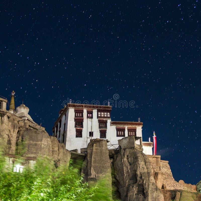 Lamayuru или Yuru Gompa тибетский буддийский монастырь на ноче с звездами на предпосылке стоковое фото rf
